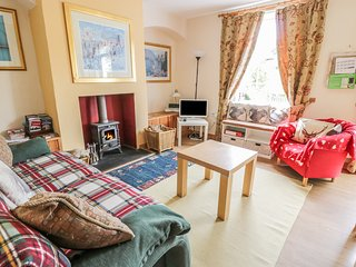 CRINAN CANAL COTTAGE, pet-friendly, woodburner, canalside cottage, near Kilmarti