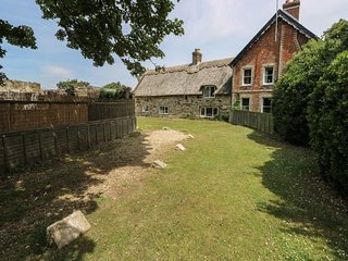 HILL FARM COTTAGE, pet friendly, character holiday cottage, with a garden in Fre