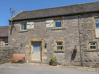 HALLOWS COTTAGE, part of the Chatsworth Estate, pet-friendly, woodburner in