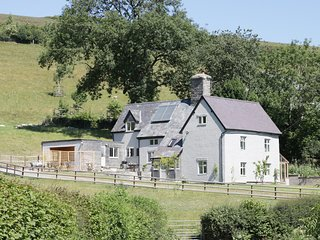 LOWER HODRE, Grade II listed, countryside views, hot tub, Ref 974321