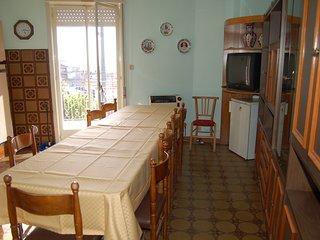 la casa si compone di tre camere da letto di cui due triple e una doppia .