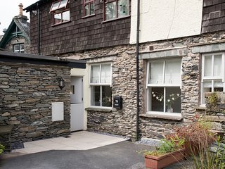 Cozy 1BR Apartment, Central Ambleside With Parking