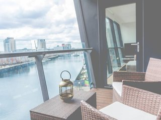 Media City! Bright, Modern 1 Bed Apt. with Free Parking!