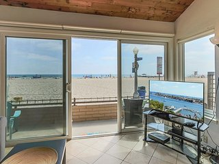 Front Row Seat on one of the Best Beaches in Newport! Oceanfront one bedroom!