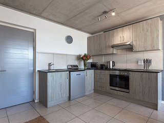 Cozy apartment in Cape Town with Lift, Parking, Internet, Pool