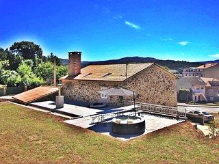 Ref. 10841 Casona de piedra en el centro de Ponteceso con Yacuzzi en el jardín,