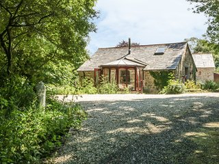 BULLS COTTAGE, barn conversion with woodburner and WiFi, near Camel Trail, in Bl