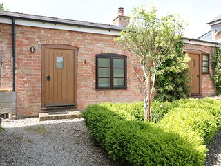 THE OLD DAIRY, romantic retreat, WiFi, pet-friendly, enclosed garden, near The N