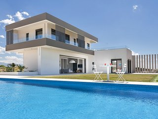 Luxury Modern Villa, Tennis court, Large Pool, Hot tub , Sleeps up to 10