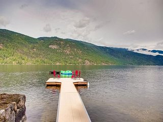 On the lake Newly Renovated 3 bedroom Cottage With Private beach and Dock
