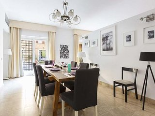 Three floors apartment with private terrace close to Pantheon. Up to 14 people