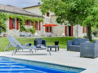 Charming 4-bedroom property with a heated-pool, a quiet environment, near Gensac