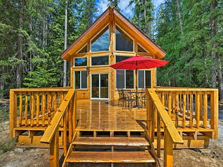NEW! Troy Log Cabin - Stunning Mountain Views!