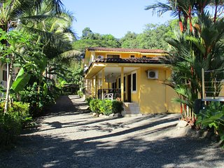 Pura Vida Tropical - clean and spacious 2BR home near the beach
