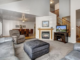 NEW LISTING! Large modern condo with gas fireplace and private pool table!