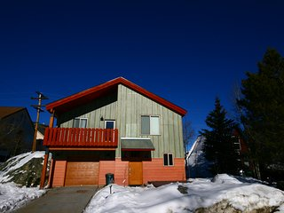 Mossy Rock Lodge 127 Three Bdrm Private home with Hot Tub by Summitcove Lodging