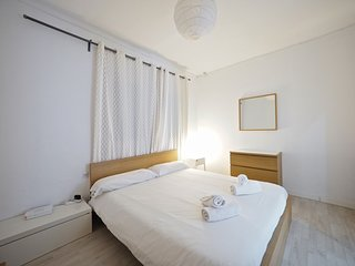 Spacious apartment close to the center of Barcelona with Lift, Internet, Washing