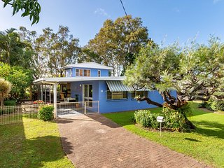 Bribie Beach House, Waterfront directly across the road  -  Solander Esp, Banks