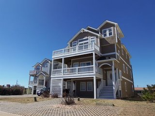 Large Semi-Ocean Front, Elevator, all master bedrooms, private pool, hot tub, Pe