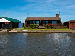 Reedsmere - 3 Bedroom waterside cottage