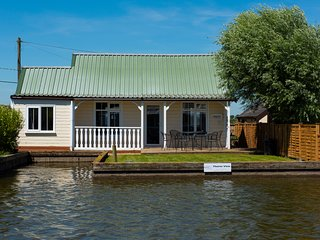 Thurne View - 3 bedroom cottage located on the River Thurne - Potter Heigham