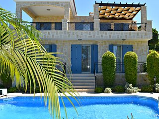 Latch Beach - Stunning Sea Views - 4 Bed Luxury Villa - 200m to beach