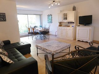 2 bedroom Apartment with WiFi and Walk to Beach & Shops - 5051821
