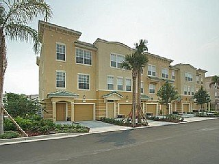 3 bedrooms, 3.5 baths, 3 stories, a private driveway, fully equipped kitchen all in a lovely resort!