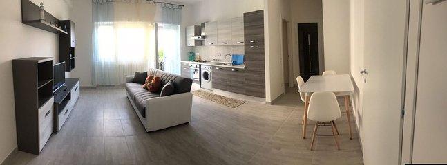 Living con divano letto e angolo cottura