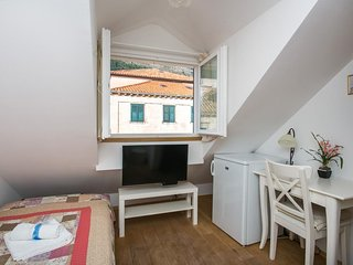 Bedroom in the center of Dubrovnik with Internet, Air conditioning (990707)