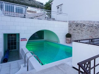Cozy apartment in the center of Dubrovnik with Parking, Internet, Pool, Balcony
