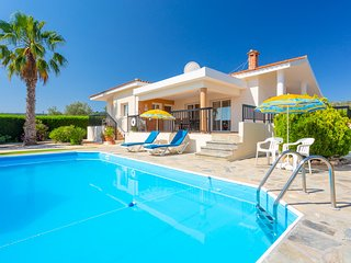 Villa Chrystalla: Large Private Pool, Walk to Beach, Sea Views, A/C, WiFi