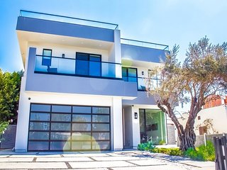 Modern 5 bedroom Smart Home +Pool, Spa & Rooftop!