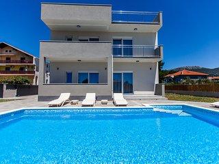 Villa Siculi with Pool