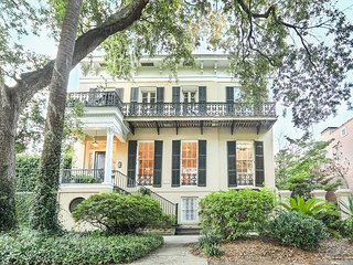 Stay with Lucky Savannah: Southern Manor on Jones Street w/ 2 Parking Spaces