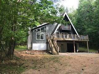 Peaceful & Relaxing Adirondack Chalet near Lake Placid, sleeps 10, dog-friendly