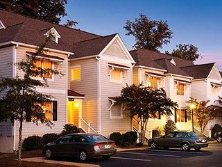The Townes at King's Creek Plantation: 2-BR with Den, Sleeps 8, Full Kitchen