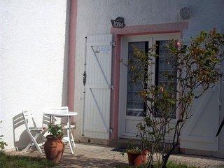 Maison agréable à 800 M de la plage, de 2 chambres avec petit jardin clos.
