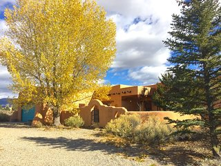 Spacious home between Taos and Ski Valley; garage, hot-tub, 4k TV, hi-speed WiFi