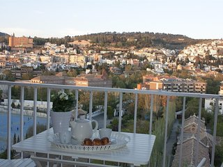Spacious apartment very close to the centre of Granada with Lift, Parking, Inter