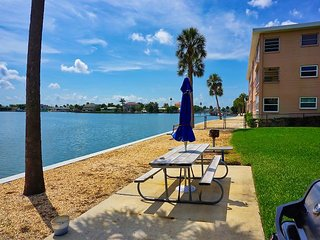 St. Pete Beach! Pool, Bay Fishing, Grilling, Boating, 2/2 Vacation Condo