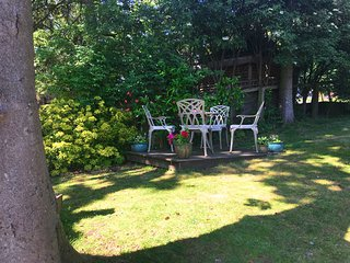 Midwood Cottage with woodland garden, treehouse, parking, 5 mins walk to beach