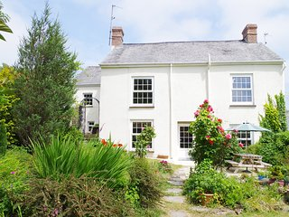 GARDEN COTTAGE, shared swimming pool, 130-acre natural grounds, in Bideford