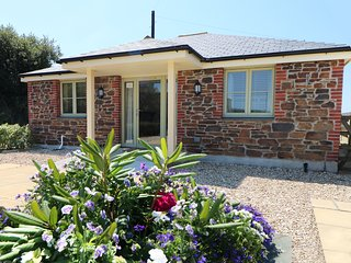 ELM COTTAGE, wheelchair access, pets, Tregony
