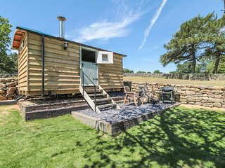 SHEPHERD'S HUT, working farm, valley views, near Helmsley