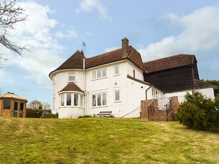 HOP HOUSE, woodburning stove, wet room, WiFi, off road parking, summerhouse, in