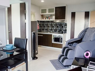 Luxury Condo w Massage Chair, Swimming Pool & Gym