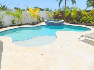 Cool Wilton Manors 3/2 for 8 Heated Pool & Jacuzzi