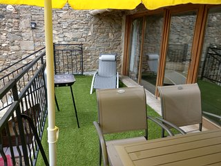 L'Appartement Wi-fi, Games room, Heated Spa Pool, UKTV, Bar, Village location