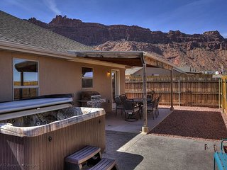 Pet Friendly Home - 5 miles from downtown - Private Hot Tub/Fire Pit/Pool